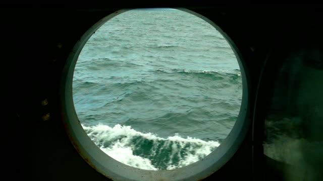 vidéos et rushes de vagues de mer à travers le hublot d'un navire (mouvement lent) - hublot