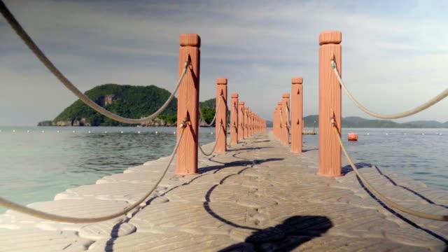 浮体橋と海 - アノニマス点の映像素材/bロール