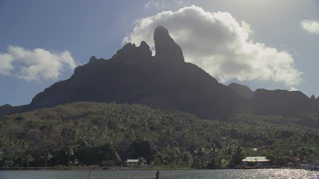 vídeos y material grabado en eventos de stock de ws pan sea with rocky hills in background / bora bora, tahiti  - territorios franceses de ultramar