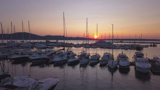 meer-yachten auf dem orange sunset, 4 k drohne video - jachthafen stock-videos und b-roll-filmmaterial