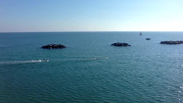 vídeos y material grabado en eventos de stock de sea_italy-swimming_race_from_above - triatleta