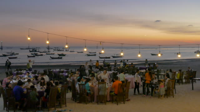 vídeos y material grabado en eventos de stock de seafood dinner at jimbaran beach,bali,indonesia - pescado y mariscos