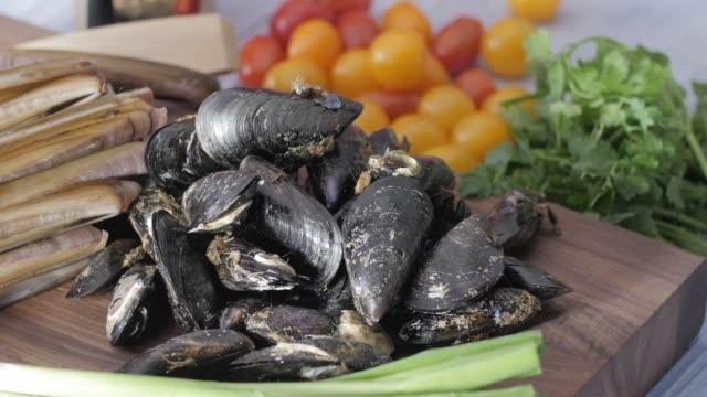 魚介類の健康食品。カラフルな料理 - ムール貝点の映像素材/bロール