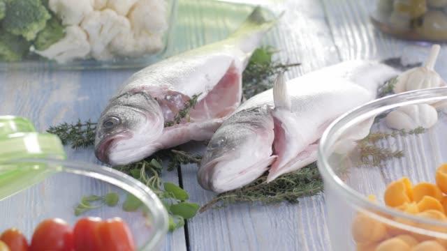 Wolfsbarschfilet Meeresfrüchte. Bunte Küche gesunde Ernährung