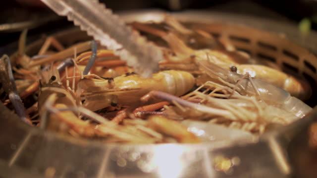 stockvideo's en b-roll-footage met zeevruchten garnalen op de grill - steurgarnaal