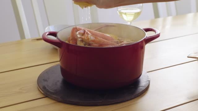 vídeos y material grabado en eventos de stock de olla de vapor de mariscos - utensilio para cocinar