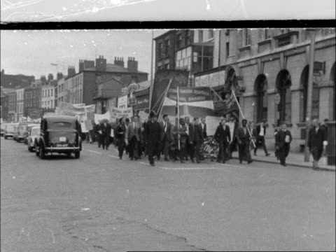 vídeos de stock e filmes b-roll de seamen's strike day 20 england liverpool procession withh union banner sign nus liverpool march sign cut the working week man makes v sign sign 1894... - liverpool inglaterra
