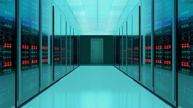 vídeos y material grabado en eventos de stock de disparo sin fisuras de la sala de servidores, vídeo 4k - sección del medio