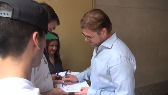 vidéos et rushes de sean bean exits the today show in rockefeller center and greets fans before leaving celebrity sightings in new york on august 12 2014 in new york city - sean bean