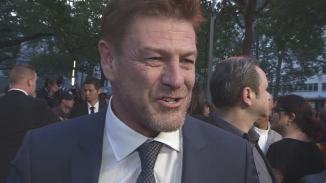 vidéos et rushes de interview sean bean on ridley scott the science behind the film on matt damon not being tempted to head to hollywood his up and coming projects at... - sean bean
