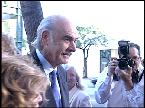 vídeos de stock e filmes b-roll de sean connery at the 'first knight' premiere at academy theater in beverly hills, california on june 19, 1995. - 1995
