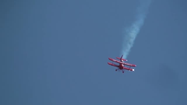 sean d tucker the oracle challenger iii at the miramar airshow - oracle corporation stock-videos und b-roll-filmmaterial