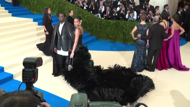 vídeos de stock, filmes e b-roll de sean 'diddy' combs aka puff daddy and cassie at rei kawakubo/comme des garcons art of the inbetween costume institute gala arrivals at the... - sean combs