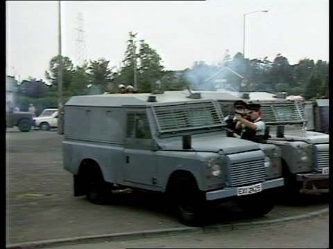 vidéos et rushes de sean downes killed by plastic bullet fired by the ruc; itn lib ruc man firing plastic bullet over land rover - irlande du nord