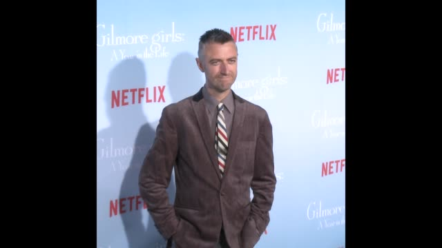 vídeos y material grabado en eventos de stock de sean gunn at the premiere of netflix's 'gilmore girls a year in the life' - formato de archivo gif