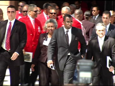 vídeos de stock e filmes b-roll de sean 'p diddy' combs at the funeral of johnnie l cochran, jr arrivals at west angeles cathedral in los angeles, california on april 6, 2005. - cathedral