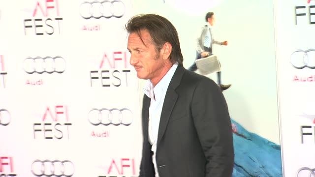 "sean penn at afi fest 2013 premiere of ""the secret life of walter mitty"" in hollywood, ca, on . - ショーン・ペン点の映像素材/bロール"