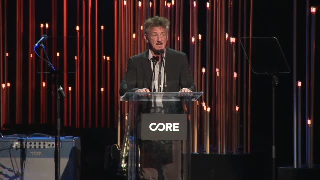 sean penn at sean penn core gala: a gala dinner to benefit the organization formerly known as j/p hro and their life-saving work at wiltern theatre... - ショーン・ペン点の映像素材/bロール