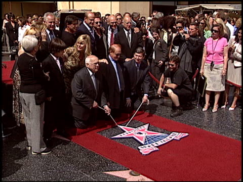sean penn at the dediction of mike medavoy's walk of fame star at the hollywood walk of fame in hollywood, california on september 19, 2005. - ショーン・ペン点の映像素材/bロール