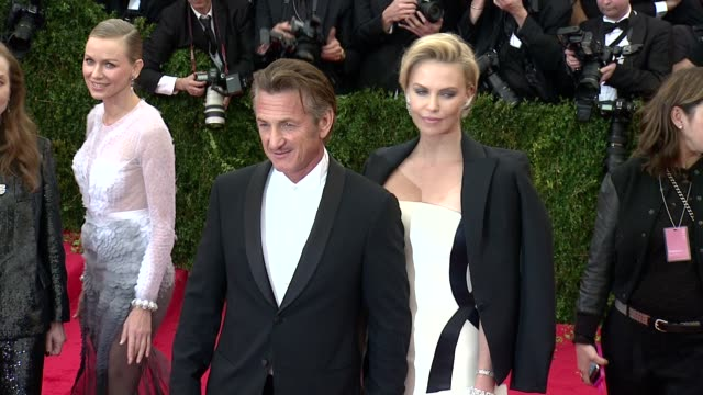 vídeos y material grabado en eventos de stock de sean penn charlize theron at charles james beyond fashion costume institute gala arrivals at the metropolitan museum on may 05 2014 in new york city - sean penn