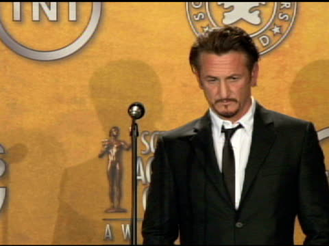 stockvideo's en b-roll-footage met sean penn outstanding performance by a male actor in a leading role for milk at the 15th annual screen actors guild awards press room at los angeles... - screen actors guild awards