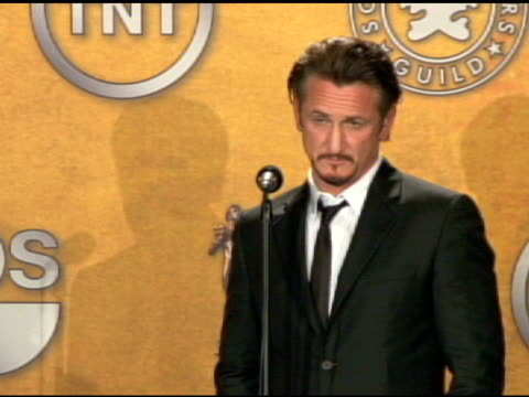 vídeos y material grabado en eventos de stock de sean penn outstanding performance by a male actor in a leading role for milk at the 15th annual screen actors guild awards press room at los angeles... - sean penn