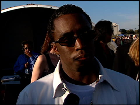 sean puff daddy p diddy combs at the 1998 mtv movie awards at barker hanger in santa monica, california on may 30, 1998. - バーカーハンガー点の映像素材/bロール