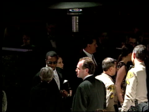 vídeos de stock, filmes e b-roll de sean puff daddy p diddy combs at the 2002 academy awards vanity fair party at morton's in west hollywood, california on march 24, 2002. - festa do oscar