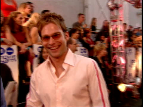 sean william scott and tara reid walking on red carpet at the 2000 mtv movie awards. - tara reid stock-videos und b-roll-filmmaterial