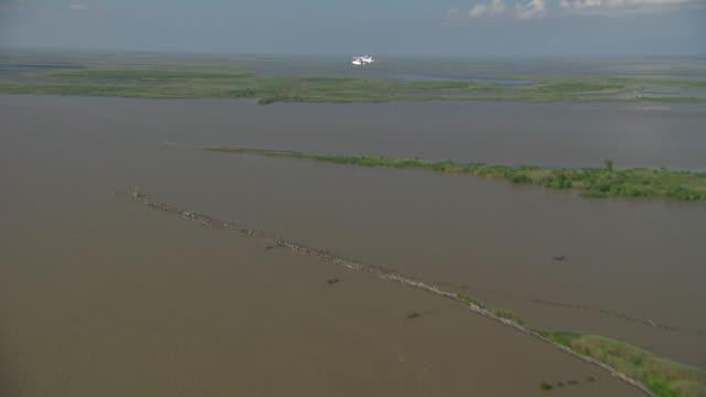 vídeos de stock, filmes e b-roll de aerial ws seaplane flying over cargo ship in delta gulf / new orleans, louisiana, united states - rio mississipi