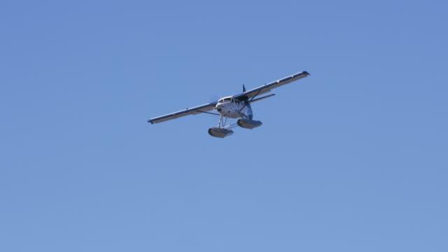 vídeos de stock e filmes b-roll de seaplane lands in water - pacífico norte