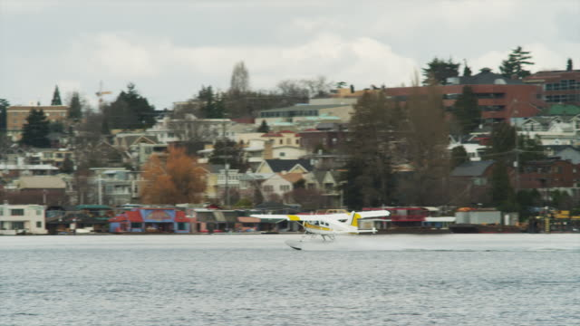 ws ts seaplane taking off from harbor / seattle, washington, usa - 水上飛行機点の映像素材/bロール