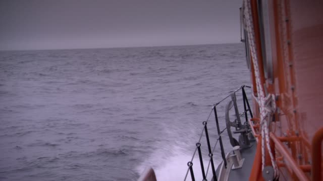 vidéos et rushes de search and rescue boat bobbing on choppy water - vue partielle