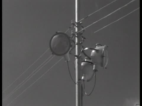 search lights overlook the tel aviv prison where convicted war criminal adolf eichmann awaits sentencing. - ゲシュタポ点の映像素材/bロール