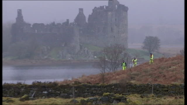 vídeos de stock, filmes e b-roll de search resumes for bodies of two men missing on scottish loch scotland argyll loch awe emergency search and rescue workers by side of loch rescue... - loch
