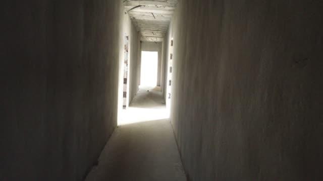 vídeos de stock, filmes e b-roll de pesquisando no edifício abondoned - rotten com