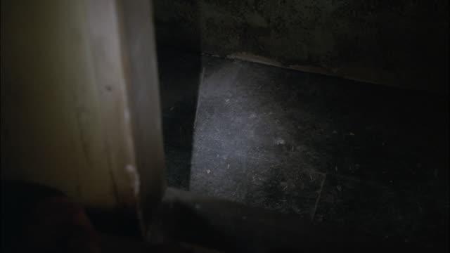 vídeos y material grabado en eventos de stock de pov searching dark and decrepit, abandoned building with a flashlight / los angeles, california, united states - formato buzón