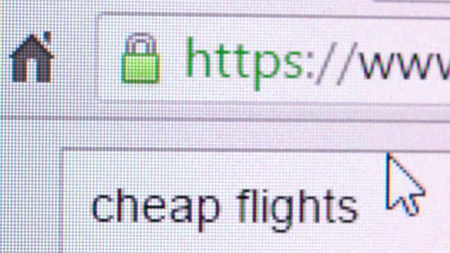 billige flüge suchen - fahrkarte oder eintrittskarte stock-videos und b-roll-filmmaterial