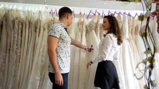vídeos de stock, filmes e b-roll de buscando aquele vestido especial - conveniência
