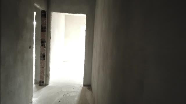 vídeos de stock, filmes e b-roll de pesquisando no lapso de movimento do edifício abandonado - rotten com
