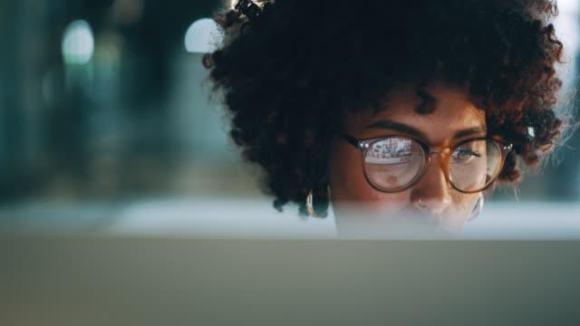 vidéos et rushes de recherche sur le web pour un peu d'inspiration - desk