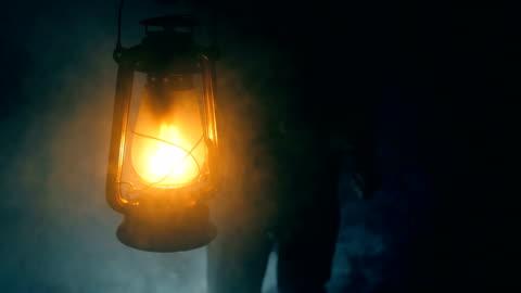 vidéos et rushes de la recherche avec lampe au kérosène - lanterne