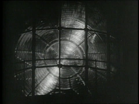 searchlight spins in a lighthouse at night. - 1926年点の映像素材/bロール