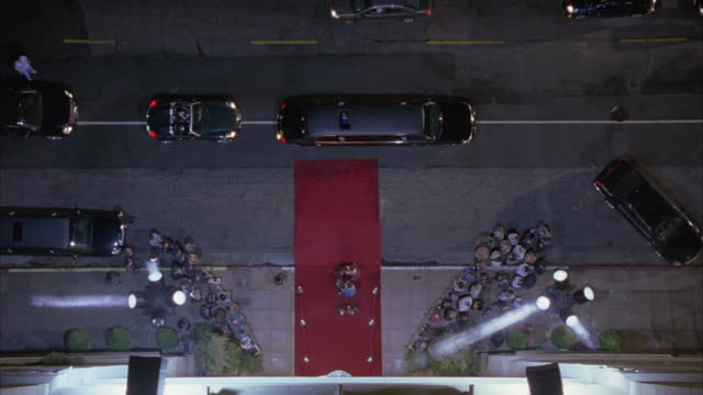 vidéos et rushes de searchlights beaming at the entrance of a red carpet event. - tapis rouge