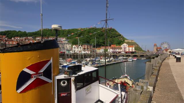 vídeos de stock e filmes b-roll de seashore & castle - scarborough reino unido