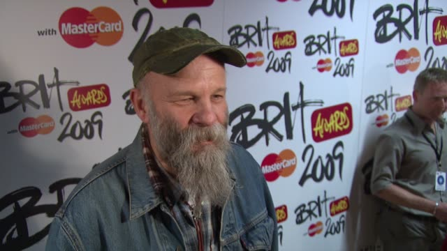 vídeos y material grabado en eventos de stock de seasick steve on his age on awards on competing with younger talents and on the responses after jools holland's show at the uk the brit award... - jools holland