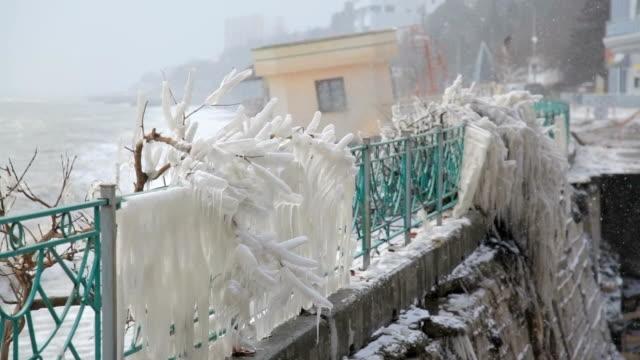 Uferpromenade, bedeckt mit Schnee im winter