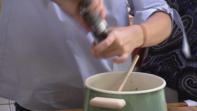 stockvideo's en b-roll-footage met seasoning dish - peper specerij
