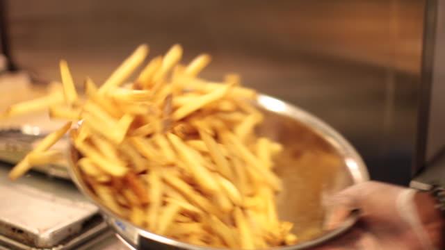 Kryddningen franska bränder i en metall skål