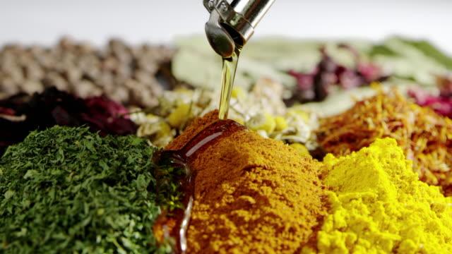 stockvideo's en b-roll-footage met kruiden ingrediënt smakelijke kruiden stromende olie slowmotion voedsel koken - curry powder
